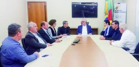 Reunião sobre acesso asfáltico reúne governo e construtora