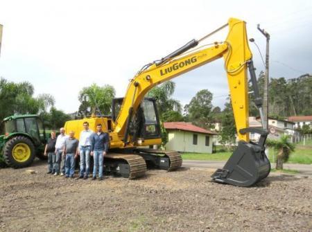 Município recebe trator e escavadeira hidráulica