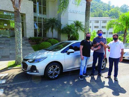 Secretário Henrique e prefeito Jocimar com o representante da concessionária, recebendo o CRUZE.
